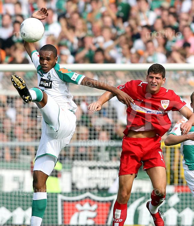 Fussball  1. Bundesliga   Saison 2006/2007   4. Spieltag SV Werder Bremen - VfB Stuttgart           NALDO (li, Bremen) gegen Mario GOMEZ (re, Stuttgart)