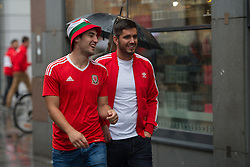VIENNA, AUSTRIA - Thursday, October 6, 2016:  Wales stand outside St. Stephen's Cathedral in Vienna centre ahead of the match with Austria.  Wales play Austria in the 2018 FIFA World Cup Qualifying Group D match at the Ernst-Happel-Stadion. (Pic by Peter Powell/Propaganda)