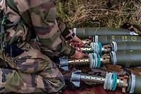 Differentes etapes a effectuer avant le d&eacute;part du coup: affichage des elements de tir, pointage, preparation des charges, chargement de la piece et action de percution &agrave; l'aide du cordon tire-feu.<br /> Preparation des munitions par le pourvoyeur, obus explosif modele F1 en charge 4.<br /> &quot;Toujours a l'affut, jamais ne renonce&quot;<br /> Cree par decret consulaire le 13 mai 1803 a Rochefort, le 3e Regiment d&rsquo;Artillerie de MArine est l&rsquo;un des plus vieux regiments de l&rsquo;armee de terre et l&rsquo;un des plus decores de l&rsquo;artillerie.<br /> Forts d&rsquo;un passe glorieux, les 800 bigors qui le composent maintiennent les traditions de rusticite et de faculte d&rsquo;adaptation qui caracterisent les Troupes de Marine. <br /> Soudes au sein d&rsquo;une brigade prestigieuse, les bigors du 3eme qui se distinguent par leur aptitude a faire face a toute situation avec rigueur et enthousiasme, servent aux quatre coins du monde.<br /> Ils mettent principalement en &oelig;uvre des canons CAESAR 155mm, des mortiers de 120mm, des postes de tirs MISTRAL ainsi que des canons de 20 mm.<br /> Engage dans la numerisation de l&rsquo;espace de bataille, le regiment est equipe du systeme d&rsquo;automatisation des tirs et des liaisons de d&rsquo;artillerie sol-sol (ATLAS)<br /> On appelle &ldquo;bigors&rdquo; les militaires servant dans les regiments d'artillerie de marine par opposition a &laquo;&nbsp;marsouin&nbsp;&raquo; qui designe l'infanterie de marine. (RIMA)
