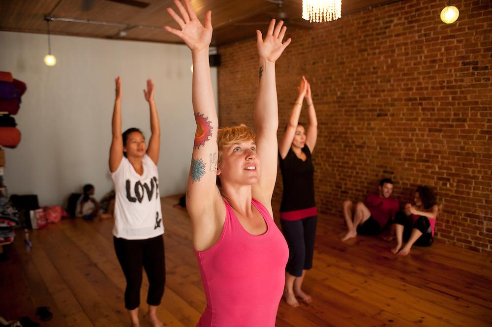 Anya Porter unterrichtet BREAKTI Yoga, eine Mischung von Breakdance und Yoga, in downtown Manhattan..Vorne: Yvonne Adamek ..Yoga in New York..Foto: Stefan Falke
