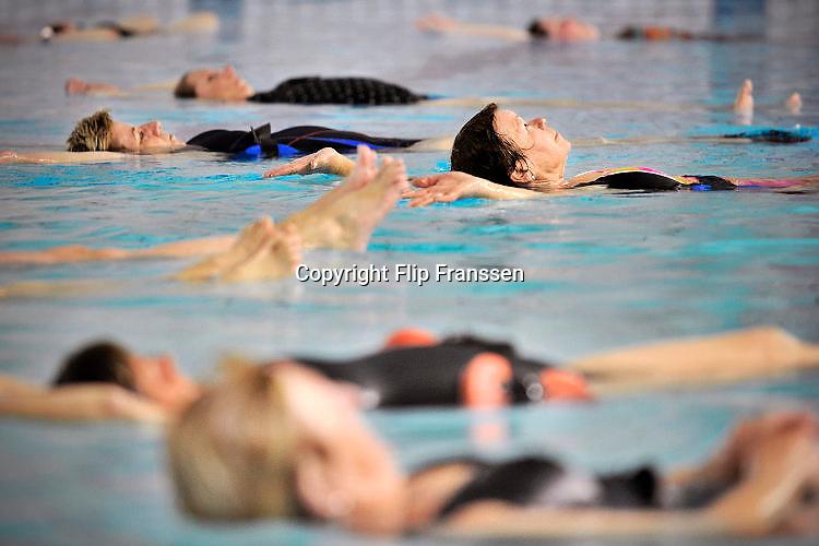 Nederland, Wijchen, 24-4-2017Aquajogging voor ouderen in zwembad De Meerval in Wijchen.Foto: Flip Franssen