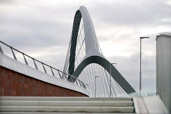 Nederland, Nijmegen, 26-11-2013De nieuwe stadsbrug van de stad Nijmegen, de Oversteek,  is in gebruik genomen, geopend. De brug is vernoemd naar de heldhaftige oversteek van de rivier de Waal die Amerikaanse soldaten op dit punt maakten tijdens de operatie Market Garden in de tweede wereldoorlog om met succes de oude Waalbrug te veroveren. De overspanning is een belangrijke schakel in de ontlasting van de stad van het doorgaande verkeerDe Oversteek is een boogbrug van 285 meter lang en 60 meter hoog en is de op een na langste hoofd overspanning van Nederland, en de grootste boogbrug van Europa met een enkelvoudige boog.De nieuwe oeververbinding moet zorgen voor een betere spreiding en doorstroming van verkeer binnen de stad Nijmegen. Na 75 jaar is er eindelijk een tweede vaste verbinding voor de stad. De oude waalbrug krijgt vanaf eind dit jaar groot onderhoud, waarna de volle capaciteit van beide bruggen pas gebruikt kan worden. De skyline van de stad is veranderd.De brug is een ontwerp van de Belgische architecten Ney en Paulissen. Foto: Flip Franssen/Hollandse Hoogte