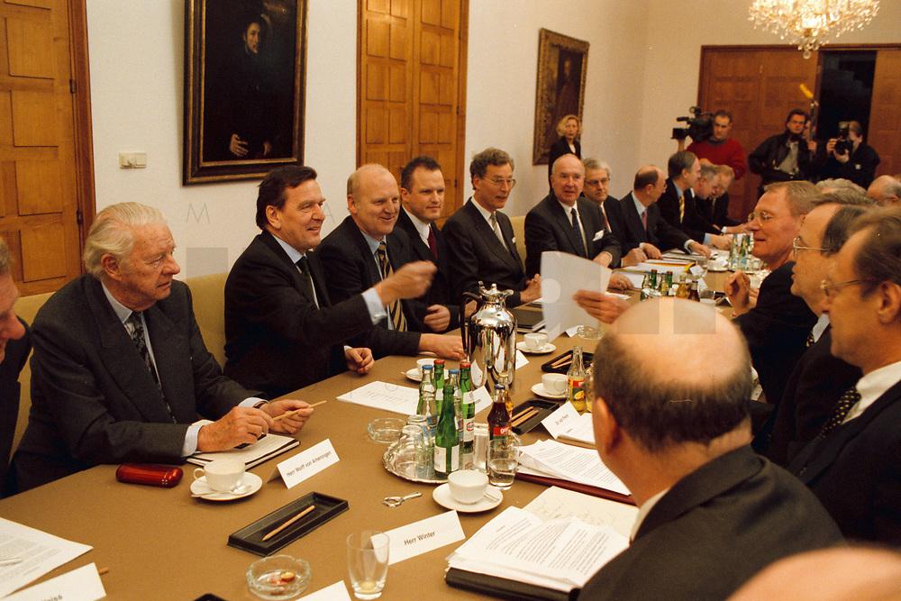 09.03.1999, Deutschland/Bonn:<br /> Gerhard Schröder, Bundeskanzler (2. v.l inks), und Mitgliedern des Asien-Pazifik-Ausschusses der Deutschen Wirtschaft zu Beginn eines Gesprächs, Palais Schaumburg, Bonn<br /> IMAGE: 19990309-04/01-36<br /> KEYWORDS: Gerhard Schroeder