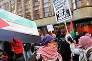 Op de Stadhuisbrug in Utrecht hebben enkele tientallen mensen, voornamelijk moslimvrouwen, zich verzameld om te demonstreren tegen de oorlog in Gaza. De groep riep diverse leuzen. Later voegden ook enkele Marokkaanse jongens bij de demonstratie. Toen ze gingen lopen door de stad, liep het heel even uit de hand. Een jongen is daarbij gewond geraakt