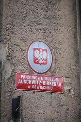 THEMENBILD - Das Stammlager Auschwitz I gehörte neben dem Vernichtungslager KZ Auschwitz II–Birkenau und dem KZ Auschwitz III–Monowitz zum Lagerkomplex Auschwitz und war eines der größten deutschen Konzentrationslager. Es befand sich zwischen Mai 1940 und Januar 1945 nach der Besetzung Polens im annektierten polnischen Gebiet des nun deutsch benannten Landkreises Bielitz am südwestlichen Rand der ebenfalls umbenannten Kleinstadt Auschwitz (polnisch Oświęcim). Teile des Lagers sind heute staatliches polnisches Museum bzw. Gedenkstätte. Im Bild ein Schild des Museums Auschwitz-Birkenau, aufgenommen am 11.04.2018, Oswiecim, Polen // Auschwitz concentration camp was a network of concentration and extermination camps built and operated by Nazi Germany in occupied Poland during World War II. It consisted of Auschwitz I (the original concentration camp), Auschwitz II–Birkenau (a combination concentration/extermination camp), Auschwitz III–Monowitz (a labor camp to staff an IG Farben factory), and 45 satellite camps. Concentration camp Auschwitz I, Oswiecim, Poland on 2018/04/11. EXPA Pictures © 2018, PhotoCredit: EXPA/ Florian Schroetter