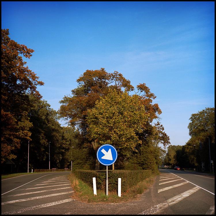 Le 21 octobre 2011, frontière Pays-Bas / Belgique, près de Reusel (NL), RN 284. Vue de la frontière entre la Belgique et les Pays-Bas. L'ancien poste frontière, à l'abandon, est désormais caché par les arbres.