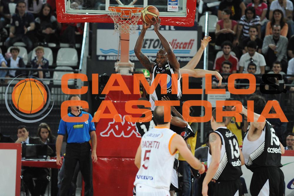 DESCRIZIONE : Roma Lega A 2009-10 Playoff Quarti di Finale Gara 3 Lottomatica Virtus Roma  Pepsi Caserta<br /> GIOCATORE : Ebi Ere <br /> SQUADRA : Pepsi Caserta<br /> EVENTO : Campionato Lega A 2009-2010 <br /> GARA : Lottomatica Virtus Roma Pepsi Caserta<br /> DATA : 25/05/2010<br /> CATEGORIA : Rimbalzo<br /> SPORT : Pallacanestro <br /> AUTORE : Agenzia Ciamillo-Castoria/GiulioCiamillo<br /> Galleria : Lega Basket A 2009-2010 <br /> Fotonotizia : Roma Lega A 2009-10 Playoff Quarti di Finale Gara 3 Lottomatica Virtus Roma Pepsi Caserta<br /> Predefinita :