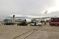 """03 OCT 2001, PARIS/FRANCE:<br /> Airbus A 310 """"Konrad Adenauer"""" der Flugbereitschaft der Bundesluftwaffe am Boden<br /> IMAGE: 20011003-01-001<br /> KEYWORDS: Flugzeug, plane, Flughafen"""