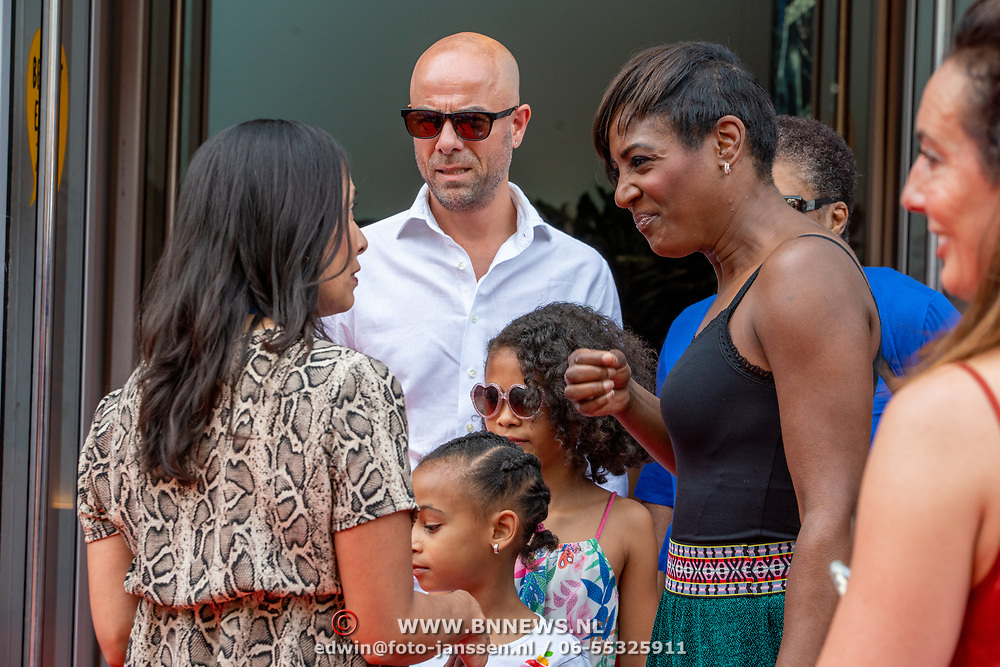 NLD/Amsterdam/20190602 - Familiepremière Huisdiergeheimen 2, Edsilia Rombley en partner Tjeerd Oosterhuis en kinderen Imaani, Aisa-Lyn