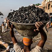 Le matin venu, les doms récupèrent les cendres des crémations de la veille et nettoient le ghat.