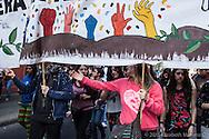 Estudiantes durante una marcha en la capital Chilena, Junio 2013. La participación, organización y unión de los estudiantes secundarios y universitarios es notoria, sin embargo las marchas comúnmente terminan reprimidas por la fuerza pública.