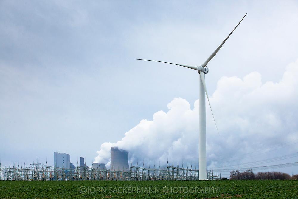 Europa, Deutschland, Nordrhein-Westfalen, das Braunkohlekraftwerk Niederaussem bei Bergheim, Windkraftanlage. - <br /> <br /> Europe, Germany, North Rhine-Westphalia, the brown coal power station Niederaussem near Bergheim, wind power plant.