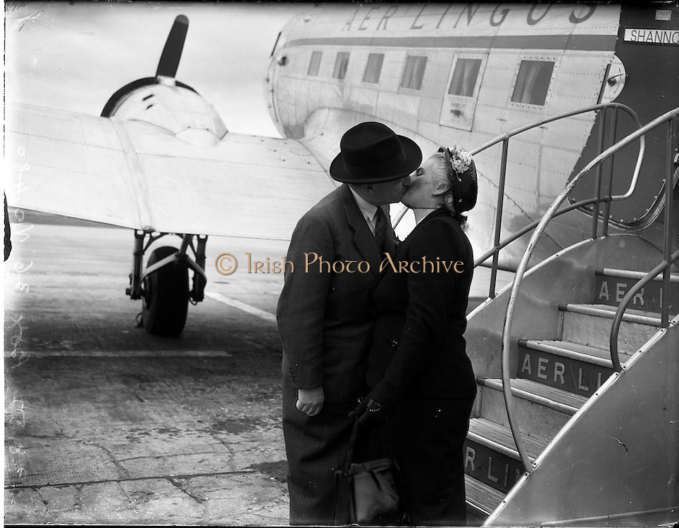 29/08/1952<br /> 08/29/1952<br /> 29 August 1952<br /> Sean Lemass MInister for Industry and Commerce leaving for Frankfurt. <br /> Sean Lemass kisses his wife Kathleen goodbye at Dublin Airport.