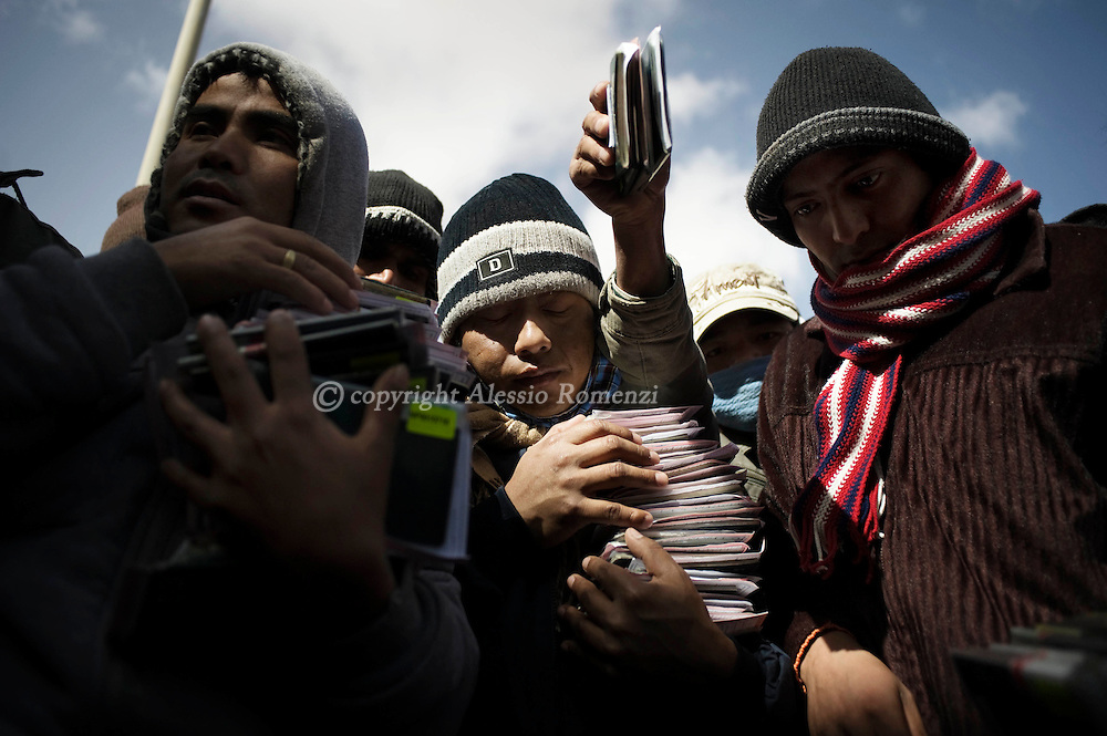 EGYPT, SALLOUM. Egyptian-Libyan border. Foreign workers collect their passports to make faster the procedure to have egyptian visa, out of the departure all on February 24, 2011. In thousands decided to leave Libya, nowadays too dangerous. Most of them (as in this picture) are from Nepal and they used to work as farmers and workers in industrial factories. ©ALESSIO ROMENZI