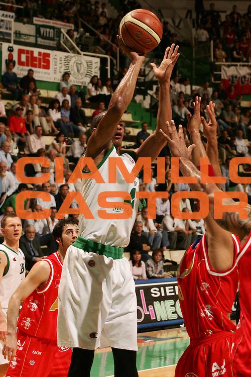 DESCRIZIONE : Siena Lega A1 2006-07 Montepaschi Siena Armani Jeans Milano <br /> GIOCATORE : Forte <br /> SQUADRA : Montepaschi Siena <br /> EVENTO : Campionato Lega A1 2006-2007 <br /> GARA : Montepaschi Siena Armani Jeans Milano <br /> DATA : 25/04/2007 <br /> CATEGORIA : Tiro <br /> SPORT : Pallacanestro <br /> AUTORE : Agenzia Ciamillo-Castoria/P.Lazzeroni