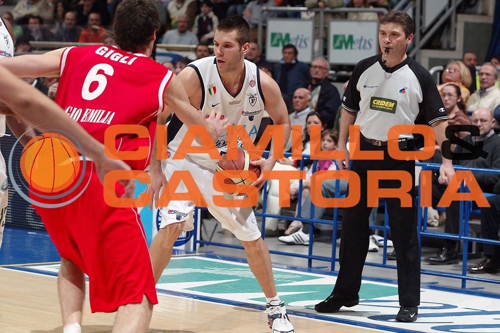 DESCRIZIONE : Bologna Lega A1 2005-06 Climamio Fortitudo Bologna Bipop Carire Reggio Emilia <br /> GIOCATORE : Becirovic <br /> SQUADRA : Climamio Fortitudo Bologna <br /> EVENTO : Campionato Lega A1 2005-2006 <br /> GARA : Climamio Fortitudo Bologna Bipop Carire Reggio Emilia <br /> DATA : 19/03/2006 <br /> CATEGORIA : Penetrazione <br /> SPORT : Pallacanestro <br /> AUTORE : Agenzia Ciamillo-Castoria/G.Livaldi