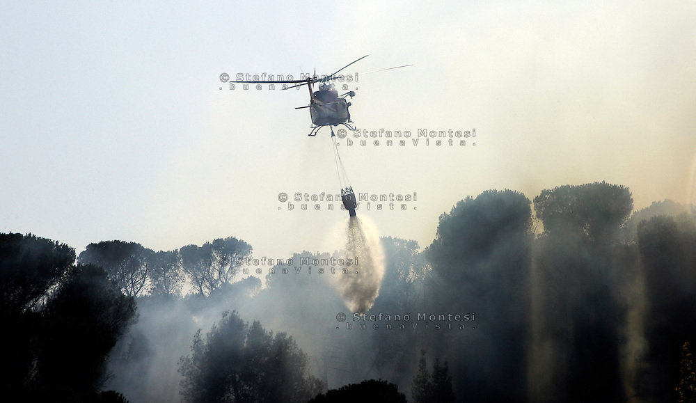 Roma 29 Agosto 2007   .Elicottero dei Vigili del Fuoco interviene per spengere un incendio  al Parco di villa Ada, con il cestello dell'acqua.