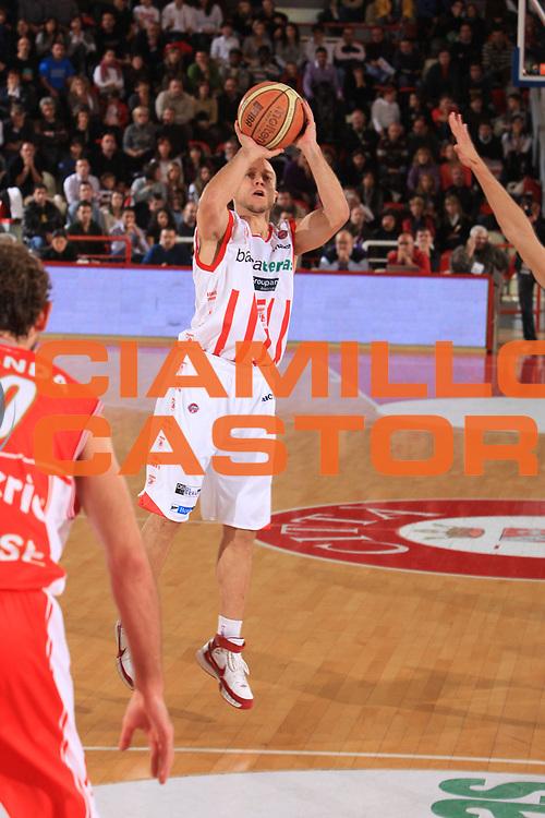 DESCRIZIONE : Teramo Lega A 2009-10 Basket Bancatercas Teramo Cimberio Varese<br /> GIOCATORE : Ryan Hoover<br /> SQUADRA : Bancatercas Teramo <br /> EVENTO : Campionato Lega A 2009-2010 <br /> GARA : Bancatercas Teramo Cimberio Varese<br /> DATA : 17/10/2009<br /> CATEGORIA : tiro<br /> SPORT : Pallacanestro <br /> AUTORE : Agenzia Ciamillo-Castoria/M.Carrelli<br /> Galleria : Lega Basket A 2009-2010 <br /> Fotonotizia : Teramo Lega A 2009-10 Basket Bancatercas Teramo Cimberio Varese<br /> Predefinita :