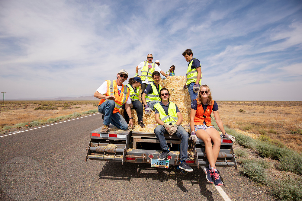 Teamleden helpen met het klaarmaken van de track. Het Human Power Team Delft en Amsterdam, dat bestaat uit studenten van de TU Delft en de VU Amsterdam, is in Amerika om tijdens de World Human Powered Speed Challenge in Nevada een poging te doen het wereldrecord snelfietsen voor vrouwen te verbreken met de VeloX 9, een gestroomlijnde ligfiets. Het record is met 121,81 km/h sinds 2010 in handen van de Francaise Barbara Buatois. De Canadees Todd Reichert is de snelste man met 144,17 km/h sinds 2016.<br /> <br /> With the VeloX 9, a special recumbent bike, the Human Power Team Delft and Amsterdam, consisting of students of the TU Delft and the VU Amsterdam, wants to set a new woman's world record cycling in September at the World Human Powered Speed Challenge in Nevada. The current speed record is 121,81 km/h, set in 2010 by Barbara Buatois. The fastest man is Todd Reichert with 144,17 km/h.