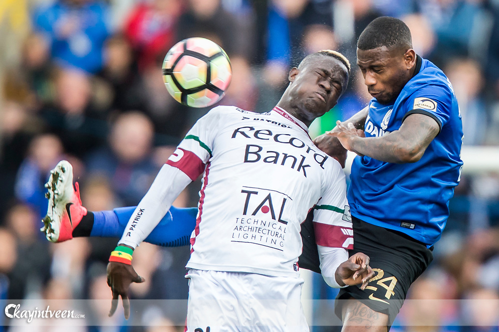 BRUGGE - Club Brugge - Zulte Waregem , Voetbal , Seizoen 2016/2017 , Jupiler Pro League Belgie Play-off 1 , Jan Breydel Stadion , 01-04-2017 , Club Brugge speler Stefano Denswil (r) in duel met Zulte Waregem speler Babacar Gueye (l)