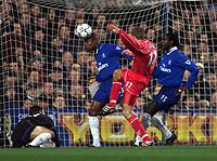 Fotball: Liverpool Stephen Gerrard watches as Chelsea William Gallas heads the ball away.<br /><br />Foto: David Rawcliffe, Digitalsport