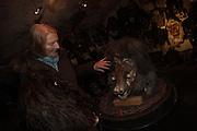 """Agnes Rieder ist die """"grande dame"""" der Lötschentaler Maskenschnitzer. Sie hat die Tradition der Tschäggätta erneuert und vor dem Verschwinden bewahrt. Ihre Figuren haben hexenähnliche Merkmale und eine grosse Nase.  © Romano P. Riedo"""