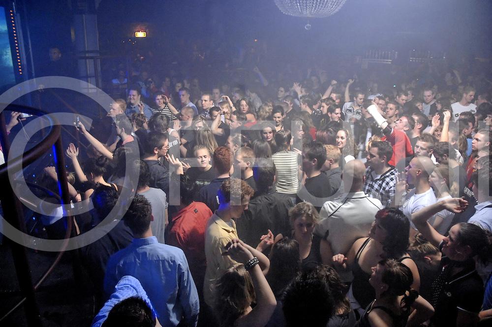 080112 balkbrug ned..Nachtleven in de gemeente Hardenberg...Foto van het uitgaansleven in discotheek Takens...fotografie frank uijlenbroek©2008 michiel van de velde..