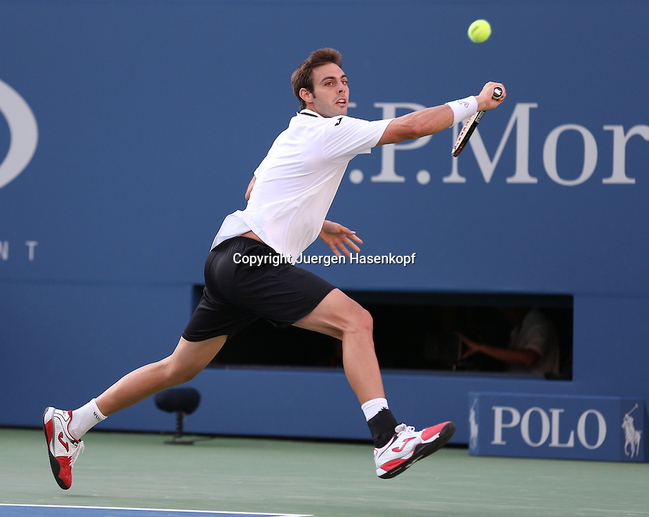 US Open 2013, USTA Billie Jean King National Tennis Center, Flushing Meadows, New York,<br /> ITF Grand Slam Tennis Tournament .<br /> Marcel Granollers (ESP),Aktion,Einzelbild,<br /> Ganzkoerper,Querformat