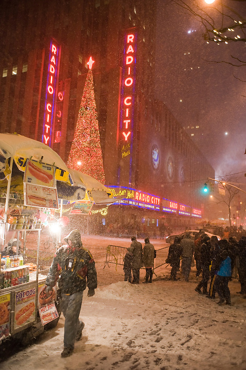 Radio City, sixth avenue, New York City.The first blizzard in New York City at the end of 2010 on Dezember 26.Der erste Scheesturm des Winters 2010/2011 am 26. Dezember