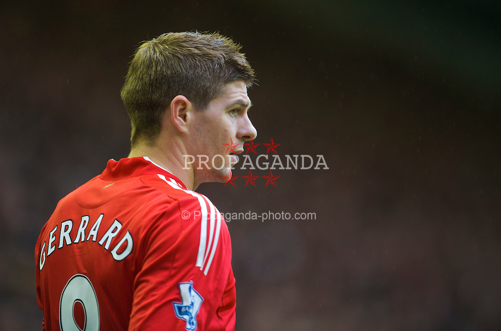 LIVERPOOL, ENGLAND - Saturday, November 21, 2009: Liverpool's captain Steven Gerrard MBE in action against Manchester City during the Premiership match at Anfield. (Photo by David Rawcliffe/Propaganda)