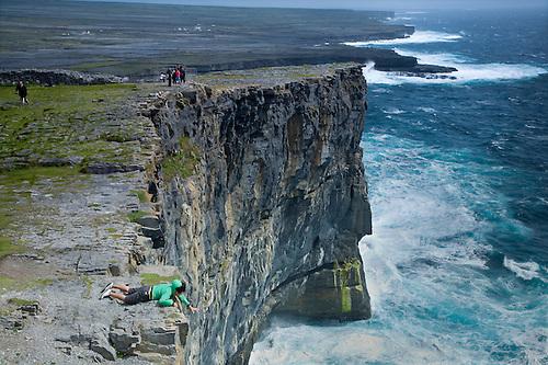 File:Dun Aengus looking over the edge.jpg - Wikimedia Commons