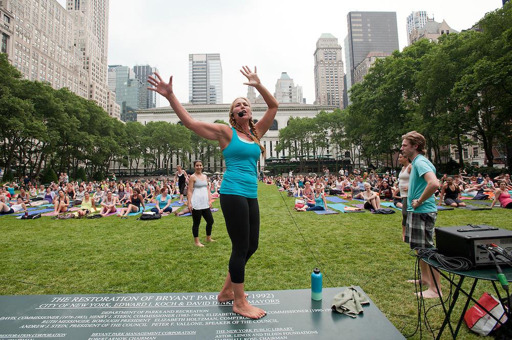 2 mal woechentlich findet im Sommer eine kostenfreie Yoga Klasse unter freiem Himmel im Bryant Park in Midtown Manhattan statt. Yoga Lehrerin Halle Becker leitet die Massenveranstaltung...Yoga in New York..Foto: Stefan Falke