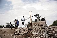 Zimbabwe, Regnen er udeblevet og vandpumperne, er ved at løbe tør. Det er svært for kvæget at finde rent drikkevand. Børn henter vand ved vandpumpen.