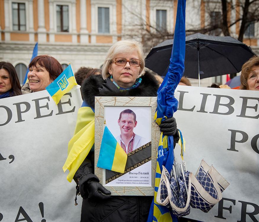 Donna ucraina con un immagine del nipote morto in guerra pochi mesi fa.<br /> <br /> Ukrainian woman with a picture of the dead grandson in the war a few months ago.