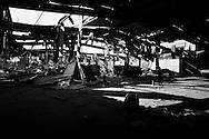 TRIPOLI. UN COMPOUND MILTARE COMPLETAMENTE DISTRUTTO DAI BOMBARDAMENTI ALL'INTERNO DELLA BASE DELLA TRENTADUESIMA BRIGATA DI KAMIS FIGLIO DI GHEDDAFI;