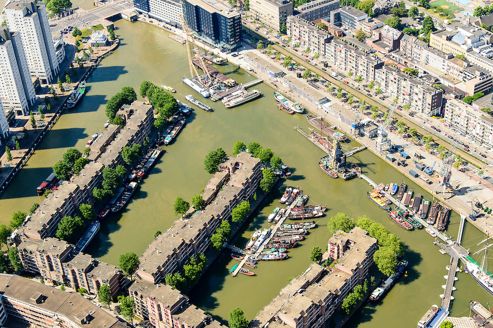 Nederland, Zuid-Holland, Rotterdam, 10-06-2015; Stadsdriehoek met Leuvehaven, in het water historische schepen van het Buitenmuseum van het Havenmuseum. Schiedamsedijk richting Eramusbrug.<br /> City centre Rotterdam with old harbour with historical boats.<br /> luchtfoto (toeslag op standard tarieven);<br /> aerial photo (additional fee required);<br /> copyright foto/photo Siebe Swart