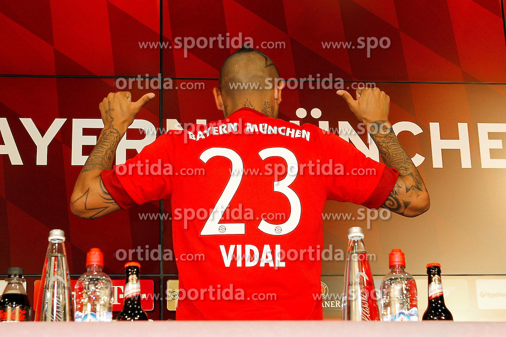 28.07.2015, Allianz Arena, Muenchen, GER, 1. FBL, FC Bayern Muenchen, Vorstellung von Arturo Vidal, im Bild Arturo Vidal #23 (FC Bayern Muenchen) zeigt seine neue Nummer 23 // during the new Play Presentation of Arturo Vidal as new Player of FC Bayern Munich at the Allianz Arena in Muenchen, Germany on 2015/07/28. EXPA Pictures &copy; 2015, PhotoCredit: EXPA/ Eibner-Pressefoto/ Kolbert<br /> <br /> *****ATTENTION - OUT of GER*****