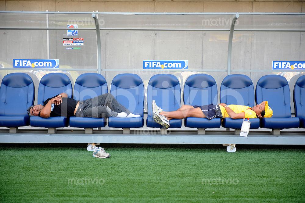 Fussball Frauen FIFA U 20  Weltmeisterschaft 2008    20.11.2008 Rest Day: Zwei Arbeiter liegen auf den Trainerbaenken und ruhen sich aus.