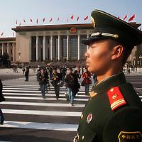 BEIJING, NOV. 8, 2012 : Ein Soldat steht am Eingang der grossen Halle des Volkes waehrend des 18. Parteikongresses.