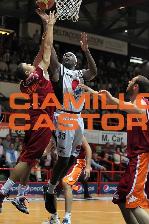 DESCRIZIONE : Caserta Lega A 2009-10 Playoff Quarti di Finale Gara 1 Pepsi Caserta Lottomatica Virtus Roma<br /> GIOCATORE : Jumaine Jones<br /> SQUADRA : Pepsi Caserta<br /> EVENTO : Campionato Lega A 2009-2010 <br /> GARA : Pepsi Caserta Lottomatica Virtus Roma<br /> DATA : 21/05/2010<br /> CATEGORIA : tiro<br /> SPORT : Pallacanestro <br /> AUTORE : Agenzia Ciamillo-Castoria/ElioCastoria<br /> Galleria : Lega Basket A 2009-2010 <br /> Fotonotizia : Caserta Lega A 2009-10 Playoff Quarti di Finale Gara 1 Pepsi Caserta Lottomatica Virtus Roma<br /> Predefinita :
