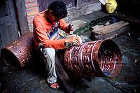 Nepal - Vallée de Kathmandu - Ville de Patan - Artisan chaudronnier - Moulin à prière