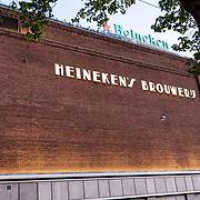 NLD/Amsterdam/20170524 - Heineken plaatst 'apostrof s' terug op gevel brouwerij