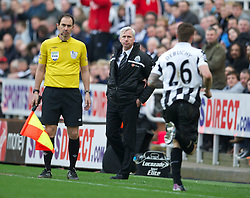 27.04.2013, St. James Park, Newcastle, ENG, Premier League, Newcastle United vs FC Liverpool, 35. Runde, im Bild Newcastle United's manager Alan Pardew looks on as Mathieu Debuchy is sent off during during the English Premier League 35th round match between Newcastle United and Liverpool FC at the St. James Park, Newcastle, Great Britain on 2013/04/27. EXPA Pictures © 2013, PhotoCredit: EXPA/ Propagandaphoto/ David Rawcliffe..***** ATTENTION - OUT OF ENG, GBR, UK *****
