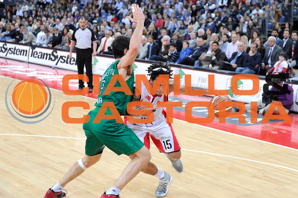 DESCRIZIONE : Pesaro Lega A 2011-12 Scavolini Siviglia Pesaro Montepaschi Siena<br /> GIOCATORE : Daniel Hackett<br /> CATEGORIA : palleggio penetrazione<br /> SQUADRA : Scavolini Siviglia Pesaro <br /> EVENTO : Campionato Lega A 2011-2012<br /> GARA : Scavolini Siviglia Pesaro Montepaschi Siena<br /> DATA : 26/04/2012<br /> SPORT : Pallacanestro<br /> AUTORE : Agenzia Ciamillo-Castoria/C.De Massis<br /> Galleria : Lega Basket A 2011-2012<br /> Fotonotizia : Pesaro Lega A 2011-12 Scavolini Siviglia Pesaro Montepaschi Siena<br /> Predefinita :