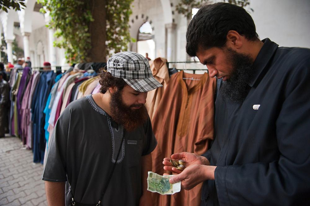 Salafi outside the Salafi mosque El Fath in Tunis..Salafistes à l'extérieur du mosquée salafiste El Fath, Tunis