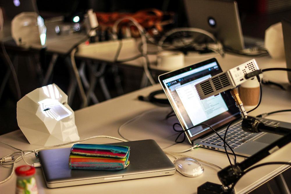 ATELIER : MODUL8 / MADMAPPER pr&eacute;sentent MAP ON MASKS - Jour 3 <br /> Centre Phi - Plateau<br /> jeudi 28 mai,<br /> Fruit d&rsquo;une collaboration entre les artistes, programmeurs et concepteurs multim&eacute;dia Boris Edelstein et Mike Latona, ce workshop de 3 jours est pens&eacute; comme un terrain de jeu autour du mapping vid&eacute;o.<br /> Les participants pourront explorer de nouvelles techniques en mati&egrave;re de logiciels, d&rsquo;&eacute;lectronique, d&rsquo;&eacute;clairage LED, de mapping vid&eacute;o et d&rsquo;installation interactive - le tout r&eacute;uni en un seul et m&ecirc;me lieu.