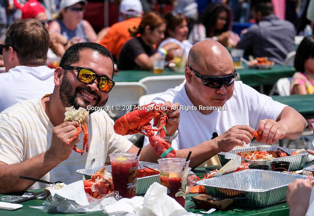 新华社照片,洛杉矶,2017年7月17日<br />     (国际)(10)第十九届年度洛杉矶港口龙虾节<br />     7月16日,民众品尝新鲜龙虾大餐。<br />     在美国洛杉矶圣佩德罗,大批民众出席了号称世界上最大龙虾节&quot;第十九届年度洛杉矶港口龙虾节&quot;。<br />     新华社发(赵汉荣摄)<br /> People enjoy the lobsters at the 19th Annual Port of Los Angeles Lobster Festival in San Pedro, California, the United States, Sunday, July 16, 2017. The world&rsquo;s largest lobster festival, which has been a Southern California tradition since 1999. The event features fresh Maine lobster, wine and draft beer, free entertainment, live music, shopping, and other culinary delights. (Xinhua/Zhao Hanrong)(Photo by Ringo Chiu)<br /> <br /> Usage Notes: This content is intended for editorial use only. For other uses, additional clearances may be required.