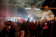 ROTTERDAM - marokanen vieren feest op het hofplein in rotterdam nadat ze het wk in rusland hebben gehaald <br /> Marokkaanse voetbalfans vieren oorverdovend feest in Rotterdam: &lsquo;Eindelijk!&rsquo;<br /> Getoeter. V&eacute;&eacute;l getoeter. De WK-kwalificatie van het Marokkaanse elftal wordt groots gevierd in Rotterdam. ,,Dit is de hemel.&rsquo;&rsquo;Marokko heeft zich geplaatst voor het WK voetbal volgend jaar in Rusland. De ploeg won zaterdag in Abidjan de laatste groepswedstrijd van Ivoorkust met 2-0 door treffers van Nabil Dirar en Medhi Benatia en eindigde als winnaar in groep C. Voor Marokko is het de eerste keer sinds de deelname aan het WK van 1998 dat het land meedoet aan de eindronde van het WK. <br />  ROBIN UTRECHT