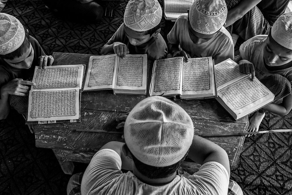 In a place called No man's land, a small stripe between Myanmar and Bangladesh border, youg Rohingyas are studying coran in a madrasa. Since the end of august 2017, the beginning of the crisis, more than 600,000 Rohingyas have fled Myanmar to  seek refuge in Bangladesh. Cox's Bazar -october 25th 2017.<br /> Dans un endroit appel&eacute; le No man's land, une petite bande de terre situ&eacute;e entre les fronti&egrave;res de la Birmanie et du Bangladesh, des jeunes Rohingyas &eacute;tudient le coran dans une madrasa. Depuis le d&eacute;but de la crise, fin ao&ucirc;t 2017, plus de 600000 Rohingyas ont fuit la Birmanie pour trouver refuge au Bangladesh. Cox's Bazar le 25 octobre 2017.