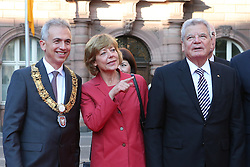 03.10.2015, Frankfurt am Main, GER, Tag der Deutschen Einheit, im Bild Daniela Schadt entdeckt die Ampelmaennchenstatue und zeigt sie Oberbuergermeister Peter Feldmann neben Bundespraesident Joachim Gauch // during the celebrations of the 25 th anniversary of German Unity Day in Frankfurt am Main, Germany on 2015/10/03. EXPA Pictures © 2015, PhotoCredit: EXPA/ Eibner-Pressefoto/ Roskaritz<br /> <br /> *****ATTENTION - OUT of GER*****